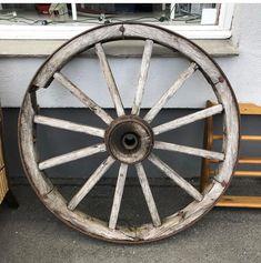 Stort dekorativt gammelt hjul. #skjulteskatter #gjenbruksbutikk #bruktfunn #gjenbrukifokus #gjenbrukergøy #visitøstfold #gårdsbutikk #levlandlig #nostalgiskinteriør #vintage #vintageinterior #gamleskatter #samledilla #elskergamleting #iaskim #selminyttogbrukt #bruktbutikk #gjenbruksglede #bruktfunn
