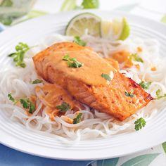 Le lait de coco se marie particulièrement bien au poisson. Cette recette en est la preuve! Grilling Recipes, Seafood Recipes, Vegetarian Recipes, Healthy Recipes, Fish Dinner, Light Recipes, Fish And Seafood, Asian Recipes, Coco