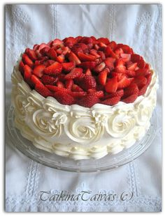 Mansikkakermakakku Pretty Cakes, Cute Cakes, 1 Tier Cake, Just Desserts, Dessert Recipes, Summer Cakes, Birthday Cake Decorating, Strawberry Cakes, Cake Decorating Tutorials