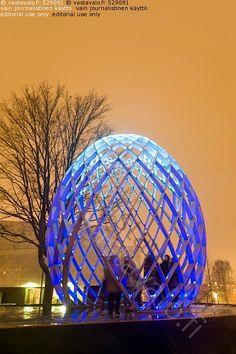 OVO - taide taideteos veistos valoteos ihminen hahmo sininen muoto muna OVO ACT Lighting Design Odeaubois tapahtuma Lux Helsinki ilta yö hämärä puurakenteinen puu puinen valotaide