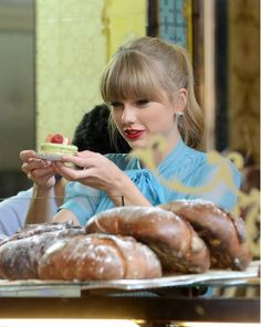 Taylor Swift Photo - Taylor Swift shooting scenes for new music video 'Begin Again' in Paris
