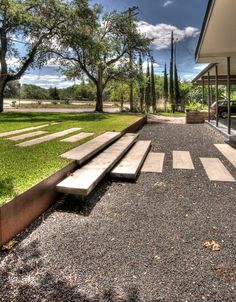 Modern landscaping by D•CRAIN