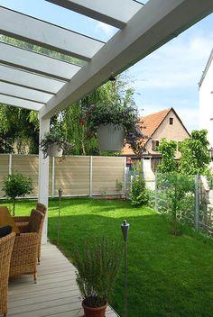 Überdachte Terrasse mit Garten  #garten #terrasse #überachung #wintergarten #holzbau #holzhaus #reiheneckhaus #nachverdichtung #stadt #townhouse #modern #architektur #architecture #schönerwohnen #einrichten #wohnen