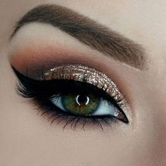 Owners of dark green eyes will be fascinated by make-up ideas that enhance and complement your beautiful eye color. A variety of eyeshadows and eyeliner awaits you for your exploration. Gold Wedding Makeup, Prom Makeup, Cute Makeup, Gorgeous Makeup, Pretty Makeup, Gold Makeup, Sparkly Makeup, Glitter Makeup, Pageant Makeup