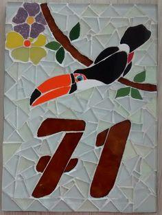 Número em mosaico feito com pastilhas de vidro cristal e cerâmica sobre base de fibrocimento ou madeira em tamanho de 20x14 cm, desenvolvemos também em outros tamanhos, consulte.