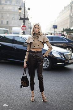 Fotos de street style en Paris Fashion Week: Elena Perminova con pantalones y bolso de Salvatore Ferragamo | Galería de fotos 91 de 322 | Vogue