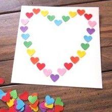 Voilà un DIY tout simple et très rapide pour confectionner une jolie petite carte-cadeau, ornée de petits cœurs multicolores, à l'occasion de la Saint Valentin, de la fête des Mères, ou pour tous les jours... parce qu'il n'y a pas de raison que les mots doux soient réservés à ces festivités!!! Valentine Crafts, Holiday Crafts, Valentines, Crafts To Make, Crafts For Kids, Art N Craft, Mothers Day Crafts, Mother And Father, Preschool Crafts