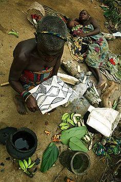 Africa | Mbuti-Efe pygmy women decorating kasemayu (bark cloth) |  | © Bruno Zanzottera. African Masks, African Art, Congo, Bark Cloth, Foot Prints, World Crafts, Photo Processing, Out Of Africa, African Textiles