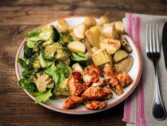 Gebakken kipfilet met broccolisalade en aardappelen De aardappelen bak je in de oven