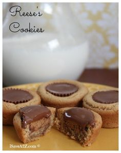 Here's one of the best homemade Reese's Cookies recipe I've ever tried! It's really easy to make and hard to mess up! This is a fail proof recipe and perfect! Christmas Cooking, Christmas Desserts, Christmas Goodies, Christmas Candy, Desserts Sucrés, Dessert Recipes, Chocolate Desserts, Dessert Ideas, Reese's Cookies
