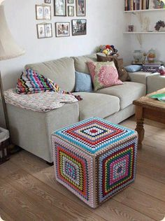 [New] The Best Home Decor Today (with Pictures) - These are the 10 best home decor today. According to home decor experts, the 10 all-time best home. Crochet Pouf, Crochet Cushions, Crochet Pillow, Love Crochet, Crochet Crafts, Granny Square Crochet Pattern, Crochet Stitches Patterns, Crochet Squares, Crochet Granny
