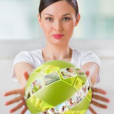 Leg Dir einen kleinen Ball aufs Pult, mit dem Du die Aufmerksamkeit der Klasse auf dich lenkst. Du nimmst ihn einfach hoch, wenn du willst, dass sie still werden oder sich konzentrieren. | 22 unfassbar schlaue Tricks für Lehrer