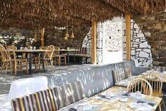 """Alemagou es un bar y restaurante integrado hasta el más mínimo detalle en las arenas de la playa Ftelia, en Mykonos. Nada está puesto al azar en este espacio, creado por el equipo de K-Studio. Realizado con técnicas de construcción ancestrales en la isla, Alemagou (que significaba """"¡por fin!"""" en el antiguo Mykonos) se ha …"""