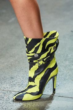 Jeremy Scott Spring 2020 Ready-to-Wear Collection - Vogue The complete Jeremy Scott Spring 2020 Ready-to-Wear fashion show now on Vogue Runway. Loafer Shoes, Mules Shoes, Women's Shoes, Shoes Style, Shoes Sneakers, Flat Shoes, Casual Shoes, Bootie Boots, Shoe Boots
