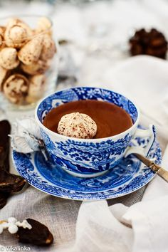 When you drop a meringue kiss into a steaming cup of hot chocolate Christmas magic happens. The inside melts and turns into a creamy marshmallow encased in a thin crispy kiss-shaped shell.
