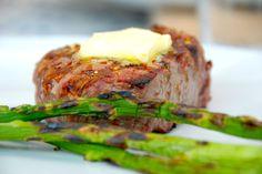 Grillbøf med smør og grillede grønne asparges
