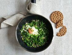 Jajko ze szpinakiem na szybką kolację lub śniadanie