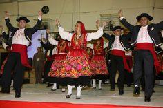 Rancho Maria da Fonte, Minho- Portugal Minho, Portuguese Culture, Costumes Around The World, Folk Clothing, Craft Kids, Church Building, Folk Costume, Traditional Outfits, Cheer Skirts