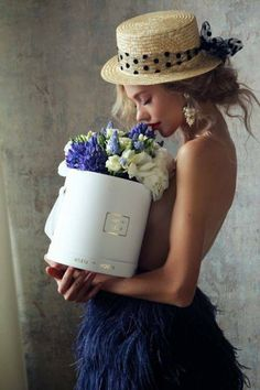 Blue and green and all the shades in between - Ana Rosa Love Flowers, My Flower, Flower Power, Beautiful Flowers, Luxury Flowers, Holding Flowers, Fresh Flowers, Beautiful Things, Estilo Glamour