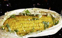Hier werden die Maiskolben aus dem Ofen raffiniert mit einer Kräuterbutter, die mit Chili, Limettenabrieb, Basilikum und Piment gewürzt ist, verfeinert.