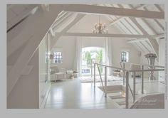 Alles geschilderd in de kleur Mineral White. De vloer, balken en plafond, wanden en kozijnen. Gebruikt is de Floorpaint, classico Krijtverf en de lak op waterbasis.