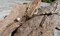 Collier composé d'une chaîne métallique bronze, de facettes de Bohème vertes et…