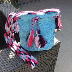 Tas gehaakt op mochila wijze de band is gemaakt via de techniek ply split braiding ... Met dank voor patroon aan Thea van den Berg en Danielle van den Berg Tapestry Crochet, Crochet Bags, Crochet Ideas, Handbags, Purses, Pattern, Facebook, Fashion, Tips