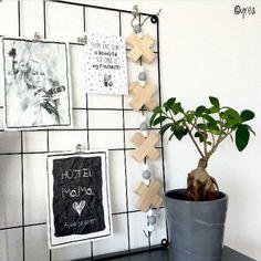 Best-budget-buy; deze houten woonketting (73 cm) is nu met 50% korting te koop op Xenos.nl. In plaats van 699 betaal je nu slechts 349. De woonketting is liggend ook te gebruiken als kaarsenstandaard in de achterkant van de kruisjes kun je namelijk dinerkaarsen plaatsen. Bedankt dat ik je mooie foto mocht delen @yrea!