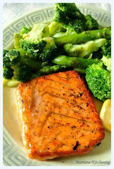 Somon la tigaie cu broccoli si sparanghel Fish Recipes, My Recipes, Healthy Recipes, Sushi, Good Food, Yummy Food, How To Cook Fish, Romanian Food, Seafood