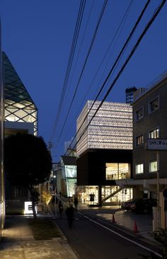 Built by Jaklitsch/Gardner Architects in Tokyo, Japan with date Images by Liao Yusheng. The new Tokyo flagship building for Marc Jacobs Collection was designed by Jaklitsch/Gardner Architects and located o. Architecture Du Japon, Modern Japanese Architecture, Facade Architecture, Beautiful Architecture, Architecture Visualization, Marc Jacobs, Facade Lighting, Interesting Buildings, Japanese Architecture