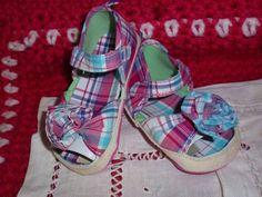 Sandálias em Xadrez! Em tons azul e rosa, flor na frente  Tamanhos 10 aos 18 meses - 10€