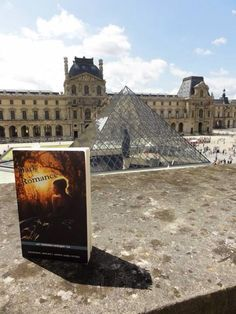 Dankzij Suzanne en Saulo: de bundel op bezoek in Parijs! Hoofdstuk 8, de waterbasins rondom de Glazen Piramide van het Louvre.