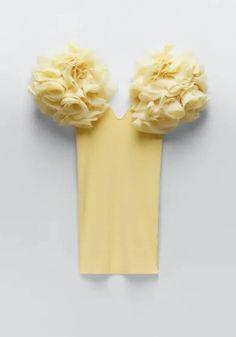 Amarillo con volantes en las mangas