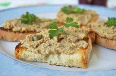 Primo piano crostini di pane toscano con pernice