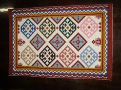 Tapete para quarto, bordado em arraiolo. Pode ser usado em um hall de entrada. R$250,00 Needlepoint Pillows, Holding Baby, Small Plates, Rug Hooking, Vibrant Colors, Backdrops, Blue And White, Tapestry, Pottery