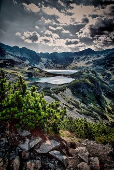The Tatra Mountains, part of the Carpathian mountain chain in eastern Europe, create a natural border between Slovakia and Poland. Tatra Mountains, Carpathian Mountains, Bratislava, Beautiful World, Beautiful Places, Polish Mountains, Nature Pictures, Gaia, Amazing Nature