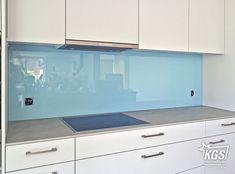 Lichtgraue Küchenrückwand aus satiniertem Diamant-Glas ...