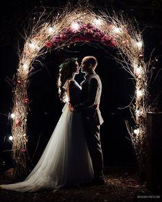 Night wedding ceremony aisle and backdrop ideas Night Wedding Ceremony, Indoor Wedding Ceremonies, Wedding Ceremony Backdrop, Wedding Stage, Wedding Goals, Wedding Pics, Dream Wedding, Night Wedding Photos, Pre Wedding Shoot Ideas