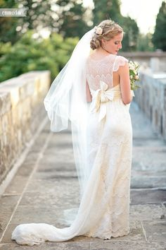 Destination wedding in Italy, Tuscany, Florence Wedding Dress by Anna Campbell Lovely bride in Tuscany Wedding at the Castle (Castello di Vincigliata Firenze)  Romantic wedding in Tuscany Big flower wedding bouquet Lace wedding dress