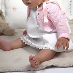 No photo description available. Knitting For Kids, Baby Knitting, Crochet Baby, Baby Girl Dresses, Baby Dress, Little Girl Fashion, Kids Fashion, Baby Girl Patterns, Diy Bebe