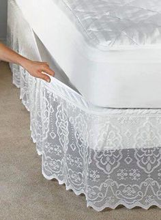 Fika a Dika - Por um Mundo Melhor: Saia Para Cama Box pictures & prices of lace bed skirts This delicate scalloped lace bedskirt has a fully elasticized top that attaches and removes easily without lifting your mattress. Diy Recycling, Lace Bedding, Lace Curtains, Diy Casa, Diy Home Decor, Upholstery, Bedroom Decor, Shabby Bedroom, Shabby Cottage