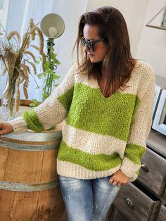 Le pull NAEL vert/écru de la marque Banditas est un pull manches longues coupe loose, col V. La maille est un peu ajourée, il est doux et confortable. Boho Fashion, Pullover, Boutique, Sweaters, Long Sleeve, Green, Bohemian Fashion, Sweater, Sweater