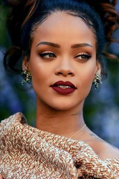 fuckyeahrihanna: Rihanna at the Dior Fashion Show Rihanna Makeup, Rihanna Riri, Rihanna Style, Beauty Skin, Beauty Makeup, Hair Makeup, Hair Beauty, Best Of Rihanna, Looks Dark