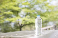 2-2:色付きペットボトルでシンプルに アイロンの熱を加えると柔らかくなるので、冷める前に変形させると面白いかたちになります!あえて色つきのペットボトルを使って、何もペイントしないのもオシャレ。素材の色をそのまま生かしても十分にキレイに見せられますね。水色や青緑系だと、まるでシーグラスがそのままバングルになったみたいですね。夏らしく、思わず海辺を歩いてみたくなるようなアイテムですね。2-3:布でデコパージュもできる! 布をデコパージュしながらクルクルと巻くと、アイロンやペイント要らずでペットボトルブレスレット作れます。布を巻き付けるので切り口の処理も安心ですね。理想的なブレスレットが作りやすいので、こちらの方法もおすすめです。色々な布を使って、たくさんの種類を作ってみましょう。コーディネートによって付け替えたり、重ね付けも楽しめますよ。この方法だとアイロンを使わないので小さなお子様との工作にも安全でうれしいですね。 2-4:ひも状のものを縫ったり貼ったり巻いたり……