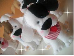 Cachorrinho em feltro 18 cm, fica em pé sem apoio, ótimo para ser usado como centro de mesa. Poderá escolher entre laço, gravata ou bandana, cores à sua escolha.Medida aproximada 18 cm R$ 22,00
