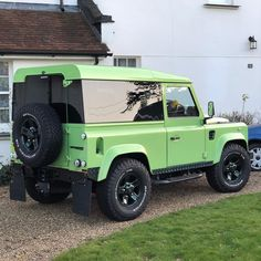 Admiring the owners spec on this Land Rover Defender. They may not be the quickest cars in the world and Im not sure this one goes off road much but who cares! Td5 Defender, Land Rover Defender 110, Landrover Defender, Suv Cars, Sport Cars, Range Rover Classic, Car Colors, Vintage Trucks, Car In The World
