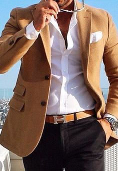 The combination of a camel blazer jacket and black chinos makes this a really pulled together getup. As hot summer weather settles in, it's time for easy and breezy getups like this one. Blazer Outfits Men, Mens Fashion Blazer, Stylish Mens Outfits, Suit Fashion, Casual Outfits, Smart Casual Menswear, Men Casual, Mode Man, Formal Men Outfit