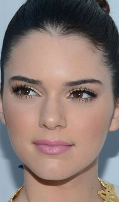 Kendall Jenner apostou no make diva ao investir no batom cremoso rosinha, sombra dourada, delineador preto e muita máscara para cílios! Kendall Jenner Maquillaje, Kendall Jenner Makeup, Kendall And Kylie Jenner, Gorgeous Makeup, Pretty Makeup, Simple Makeup, Natural Makeup, Pink Makeup, Beauty Makeup