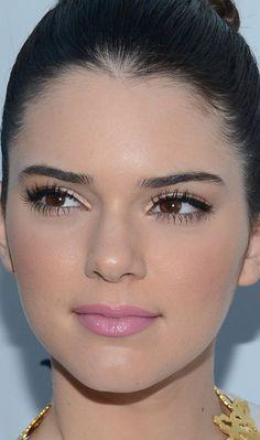 Kendall Jenner apostou no make diva ao investir no batom cremoso rosinha, sombra dourada, delineador preto e muita máscara para cílios!