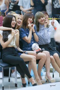 BlackPink is so cute and lovely togheter! Kpop Girl Groups, Korean Girl Groups, Kpop Girls, Kpop Girl Bands, Black Pink Kpop, Blackpink Members, Jennie Kim Blackpink, Blackpink Photos, Blackpink Fashion